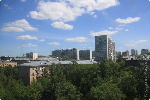 """Здравствуйте! С праздником Вас! .............................................................. Я очень люблю смотреть на небо, люблю его фотографировать, разглядывать облака, наблюдать за пролетающими птицами, самолётами... так хочется иногда лечь на траву и смотреть, смотреть... увы, до дачи из-за экзаменов ещё долго, на море в этом году не получается поехать, ехать в парк на велосипеде к озеру - далековато, да и по жаре ездить как-то не очень хочется. Остаётся пока что одно - смотреть в окно... В этом тоже есть свои плюсы, можно по фотографировать не с земли, а с высоты 8 этажа:))) Потом можно сравнивать времена года: двор летом, двор осенью и т.д., двор днём, вечером, двор в пасмурную и солнечную погоду..С балкона иногда такой закат бывает...   Так вот, мне очень захотелось поделиться своей маленькой """"коллекцией"""" фотографий неба и видов из окна. Далее идут четыре самых запомнившихся в этом году заката. Первый:  фото 40"""