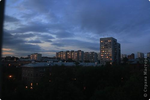 """Здравствуйте! С праздником Вас! .............................................................. Я очень люблю смотреть на небо, люблю его фотографировать, разглядывать облака, наблюдать за пролетающими птицами, самолётами... так хочется иногда лечь на траву и смотреть, смотреть... увы, до дачи из-за экзаменов ещё долго, на море в этом году не получается поехать, ехать в парк на велосипеде к озеру - далековато, да и по жаре ездить как-то не очень хочется. Остаётся пока что одно - смотреть в окно... В этом тоже есть свои плюсы, можно по фотографировать не с земли, а с высоты 8 этажа:))) Потом можно сравнивать времена года: двор летом, двор осенью и т.д., двор днём, вечером, двор в пасмурную и солнечную погоду..С балкона иногда такой закат бывает...   Так вот, мне очень захотелось поделиться своей маленькой """"коллекцией"""" фотографий неба и видов из окна. Далее идут четыре самых запомнившихся в этом году заката. Первый:  фото 48"""