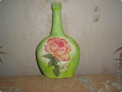 Бутылочка в технике декупаж . Была покрыта белым акрилом,после чего был сделан декупаж и тонирование бутылки в цвет салфетки. фото 1
