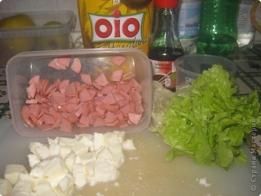 понадобится: колбаса варёнка( или сосиски), листья салата,моцарэла, олия, соевый соус, соль, оливки. фото 1