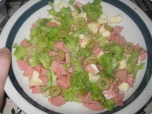 понадобится: колбаса варёнка( или сосиски), листья салата,моцарэла, олия, соевый соус, соль, оливки. фото 2