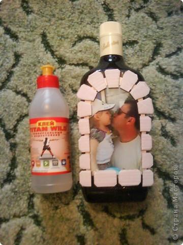 бутылку отмыть от этикеток, обезжирить, наклеить фото, сверху приклеить рамочку по краю фото фото 7