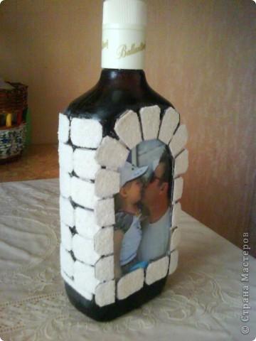 бутылку отмыть от этикеток, обезжирить, наклеить фото, сверху приклеить рамочку по краю фото фото 10