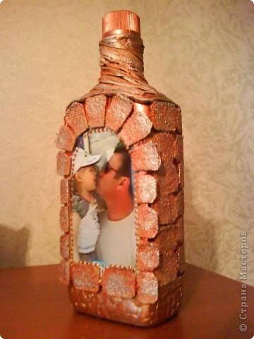 бутылку отмыть от этикеток, обезжирить, наклеить фото, сверху приклеить рамочку по краю фото фото 1