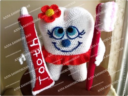 Вот такой милый зубик вместе с зубной щёткой и тюбиком пасты у меня получился. Такая игрушка поможет любому ребёнку приучиться ухаживать за своими зубками и доставит удовольствие и радость. фото 1