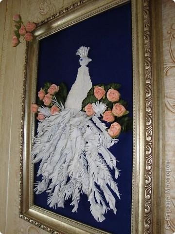 На эту работу сподвиглась, увидев великолепного павлина Ольги Ольшак. Цветочки купила, поскольку не смогла найти подходящей бумаги.  фото 3
