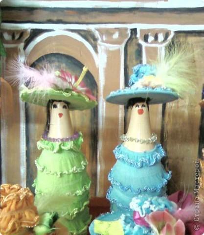 Леди сделаны из пластмассовых бутылок, а их шляпы из DVD дисков фото 2