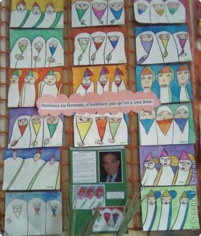 Работы детей (3-4 классы) на манер известных марокканских художников. В середине панно или чуть по ниже находится фото художника и его работы, а вокруг работы детей на манер этого художника. Получилось очень интересно, под час казалось, что некоторые работы детей превосходили работы самих художников.   Художник: Mohamed Hamri  (Мохамед Хамри) фото 1