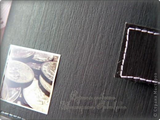 Открытка к мини-альбому из рулончиков. За образец взяла настоящее портмоне,и размер и дизайн. Магниты на тот момент кончились,поэтому застёгивается на липучку. На лицевую сторону приклеила стикер с монетками. фото 7