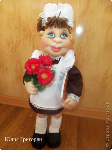 Вот такая кукла-школьница у меня вышла. Сначала я сшила просто маленькую девочку и долго не могла придумать ей наряд. В итоге вот к чему пришла. Рост куклы  55 см. фото 1