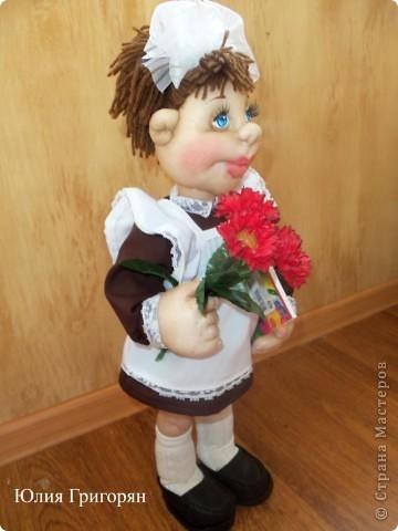Вот такая кукла-школьница у меня вышла. Сначала я сшила просто маленькую девочку и долго не могла придумать ей наряд. В итоге вот к чему пришла. Рост куклы  55 см. фото 4