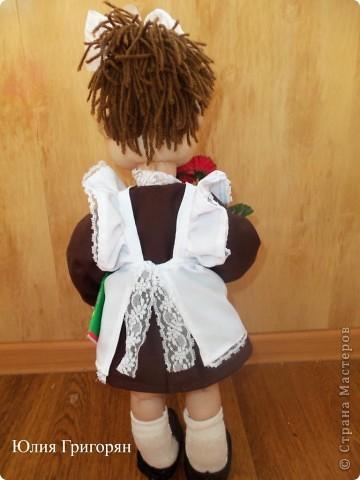 Вот такая кукла-школьница у меня вышла. Сначала я сшила просто маленькую девочку и долго не могла придумать ей наряд. В итоге вот к чему пришла. Рост куклы  55 см. фото 5