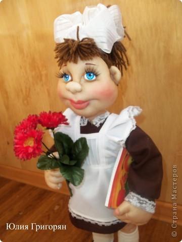 Вот такая кукла-школьница у меня вышла. Сначала я сшила просто маленькую девочку и долго не могла придумать ей наряд. В итоге вот к чему пришла. Рост куклы  55 см. фото 3