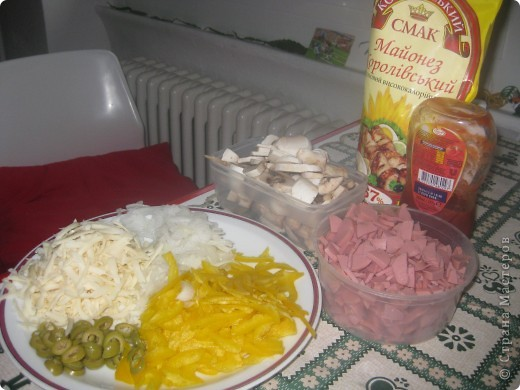 понадобится: сыр, перец жолтый, колбаса, грибы,цибуля, оливки, кетчуп майонез.. для теста:три ст.л. муки, три ст.л. олии, один стакан кипятка, 2 стакана тёплой воды, 50грам дрожей, 1 ч.л. соли, 1ст.л. сахара фото 1
