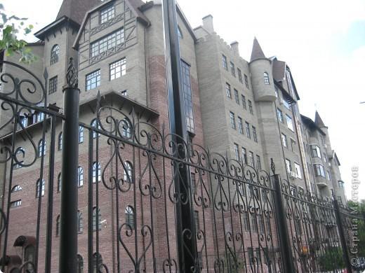 В нашем городе построили замок. Официально он называется Грин хаус, а в народе - замок Дракулы. Давайте подойдём к нему поближе. фото 4