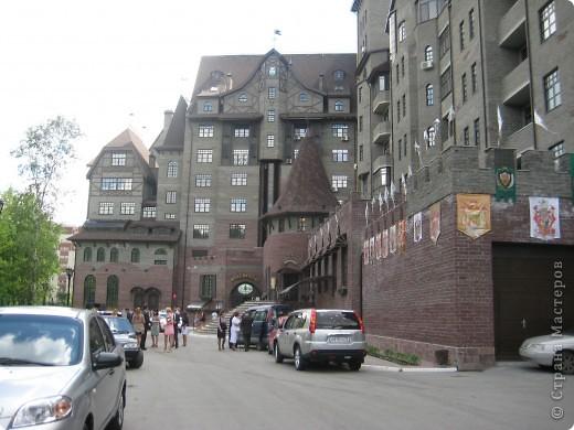 В нашем городе построили замок. Официально он называется Грин хаус, а в народе - замок Дракулы. Давайте подойдём к нему поближе. фото 5