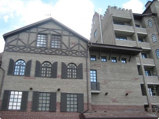 В нашем городе построили замок. Официально он называется Грин хаус, а в народе - замок Дракулы. Давайте подойдём к нему поближе. фото 6
