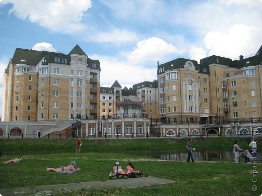 В нашем городе построили замок. Официально он называется Грин хаус, а в народе - замок Дракулы. Давайте подойдём к нему поближе. фото 11