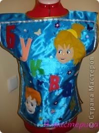 Понадобится ткань синего цвета и несколько разноцветных лоскутков.