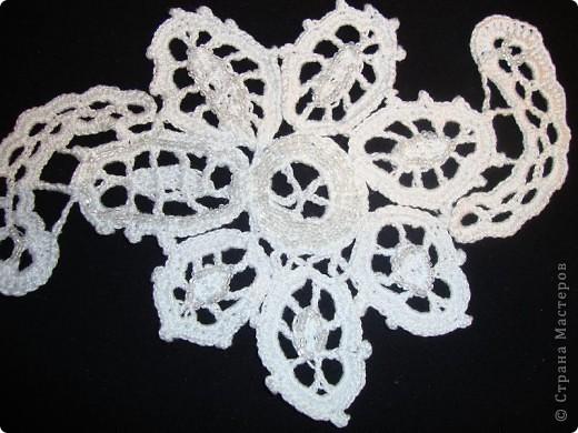 Этот цветок связан в технике ирландского кружева и украшен бисером. Я сделала его для Мамы на день моего рождения. а Мама украсит им какой-нибудь свой наряд.  Себе на память сделала снимки цветка на разном фоне.  фото 3