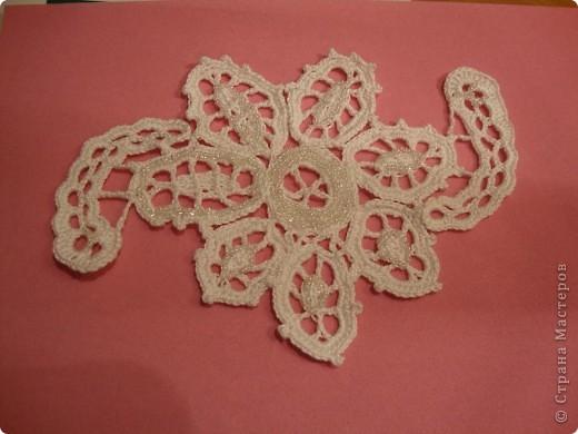 Этот цветок связан в технике ирландского кружева и украшен бисером. Я сделала его для Мамы на день моего рождения. а Мама украсит им какой-нибудь свой наряд.  Себе на память сделала снимки цветка на разном фоне.  фото 2
