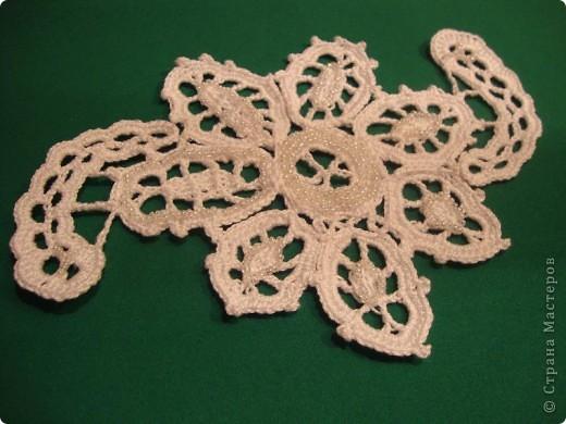 Этот цветок связан в технике ирландского кружева и украшен бисером. Я сделала его для Мамы на день моего рождения. а Мама украсит им какой-нибудь свой наряд.  Себе на память сделала снимки цветка на разном фоне.  фото 1