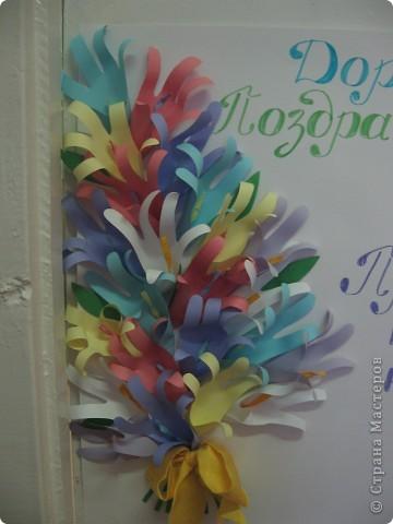 В этом году наш плакат украсили цветы из детских ладошек. фото 2