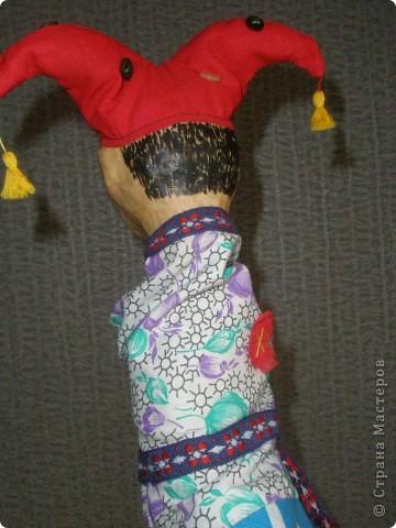 Вот такая веселая кукла для школьного театра получилась при освоении техники папье-маше. фото 3
