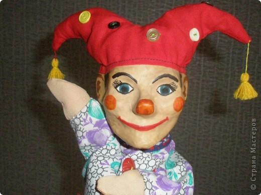 Вот такая веселая кукла для школьного театра получилась при освоении техники папье-маше. фото 4
