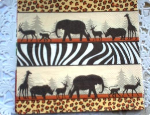 Именно эта вышивка долго лежала без рамки. Попалась салфетка с африканскими животными, но на фоне ёлок. Часть салфетки идеально подошла для самой рамки.  фото 2