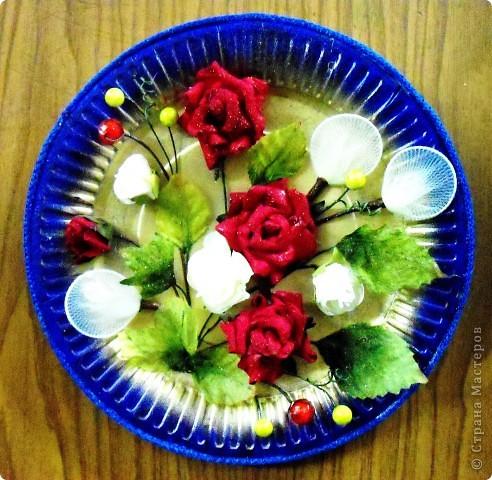 Основа-склеенные(для прочности) и покрашенные одноразовые тарелки;цветы и листья-нажелатиненная ткань. фото 1
