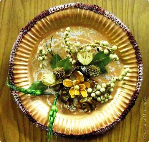 Основа-склеенные(для прочности) и покрашенные одноразовые тарелки;цветы и листья-нажелатиненная ткань. фото 3
