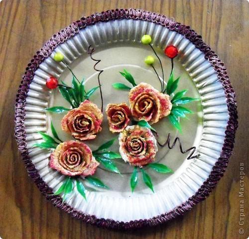 Основа-склеенные(для прочности) и покрашенные одноразовые тарелки;цветы и листья-нажелатиненная ткань. фото 4
