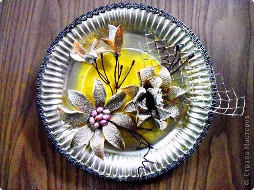 Основа-склеенные(для прочности) и покрашенные одноразовые тарелки;цветы и листья-нажелатиненная ткань. фото 5