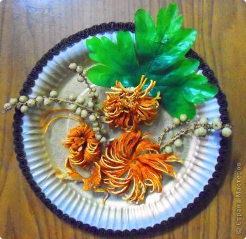 Основа-склеенные(для прочности) и покрашенные одноразовые тарелки;цветы и листья-нажелатиненная ткань. фото 6
