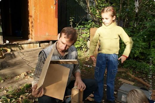 Вот такая кормушка для птиц, самодельная, используется по назначению осенью и зимой.  фото 5