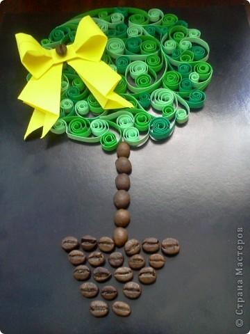 Идею нашла в журнале и решила сделать вот такое чудесное деревце. Основная часть дерева - крона, сделана в технике квиллинг. Брала 3 разных оттенка зеленого и не прогадала - вышло класно. фото 1