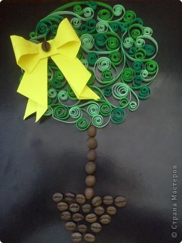 Идею нашла в журнале и решила сделать вот такое чудесное деревце. Основная часть дерева - крона, сделана в технике квиллинг. Брала 3 разных оттенка зеленого и не прогадала - вышло класно. фото 6