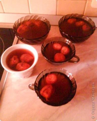 желе из свежей клубники! нам понадобится на 100 г. ягод: 4 ст.ложки сахара, 12-15г. желатина менее 1/2 чайной ложки лимонной кислоты 400-500 г. воды  подготовленные промытые ягоды пересыпать сахаром(2 ст.ложки) и оставить в холодном месте на 2 часа(ягоды в тичении этого времени перемешивать).оброзовавшийся сок-сироп слить,процедить и довести до кипения,дать настоятся 15-20 минут,после чего отвар процедить, всыпать в него 2 ст.ложки сахара, довести до кипения, снять с огня, влить растворённый процеженный желатин,размешать,влить сок-сироп , добавить лимонную кислоту, разлить по формам.         приятного аппетита!  извините что фотография только 1. все остальные сделать не додумалась!)))) на фото изображенно как застывает желе!!!