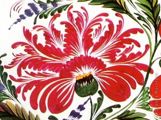 """Традиционные цветы в петриковской росписи называются """"цыбулька""""  ( луковичка) и кучерявка. Они представляют собой не какое-то реальное растение, а являются стилизованной формой, элементы которой могут напоминать цветы пиона, георгина, тюльпана, майора, хризантемы, астры или какого-либо полевого цветка.    Цыбулька может быть выполнена как круглой кистью, так и кошачьей. Напоминает такой цветок по форме луковичку, то плотно закрытую с симметрично расположенными лепестками ( два верхних и нижний цветы на рисунке), то наполовину раскрытую с серединкой самой разной формы (центральный цветок).В цыбульке обычно делается в середине цветка более светлый подмалевок для создания объема. Используются обязательно переходные мазки, в которых цвет плавно перетекает из одного тона в другой . В середине цветка они короче и прямее, а по бокам длиннее и изогнуты к середине. Нижние лепестки отходят в сторону, создавая раскрытость. фото 3"""