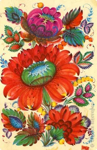 """Традиционные цветы в петриковской росписи называются """"цыбулька""""  ( луковичка) и кучерявка. Они представляют собой не какое-то реальное растение, а являются стилизованной формой, элементы которой могут напоминать цветы пиона, георгина, тюльпана, майора, хризантемы, астры или какого-либо полевого цветка.    Цыбулька может быть выполнена как круглой кистью, так и кошачьей. Напоминает такой цветок по форме луковичку, то плотно закрытую с симметрично расположенными лепестками ( два верхних и нижний цветы на рисунке), то наполовину раскрытую с серединкой самой разной формы (центральный цветок).В цыбульке обычно делается в середине цветка более светлый подмалевок для создания объема. Используются обязательно переходные мазки, в которых цвет плавно перетекает из одного тона в другой . В середине цветка они короче и прямее, а по бокам длиннее и изогнуты к середине. Нижние лепестки отходят в сторону, создавая раскрытость. фото 5"""