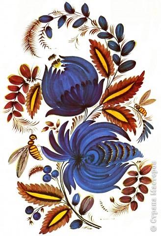 """Традиционные цветы в петриковской росписи называются """"цыбулька""""  ( луковичка) и кучерявка. Они представляют собой не какое-то реальное растение, а являются стилизованной формой, элементы которой могут напоминать цветы пиона, георгина, тюльпана, майора, хризантемы, астры или какого-либо полевого цветка.    Цыбулька может быть выполнена как круглой кистью, так и кошачьей. Напоминает такой цветок по форме луковичку, то плотно закрытую с симметрично расположенными лепестками ( два верхних и нижний цветы на рисунке), то наполовину раскрытую с серединкой самой разной формы (центральный цветок).В цыбульке обычно делается в середине цветка более светлый подмалевок для создания объема. Используются обязательно переходные мазки, в которых цвет плавно перетекает из одного тона в другой . В середине цветка они короче и прямее, а по бокам длиннее и изогнуты к середине. Нижние лепестки отходят в сторону, создавая раскрытость. фото 2"""
