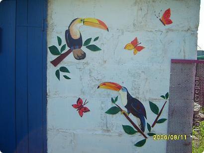 Долго ломала голову, как сделать веселее серый сарай, стены кривые, кое где куски цемента, побелила известкой, но скучно и вот наткнулась на остатки потолочной плитки. Вот что из этого вышло, нарисовала любимых туканов вырезала расскрасила акриловыми красками и прилепила на клей Титан. Особо не загонялась с деталями проверяю насколько долговечно это украшение. Ну первую бурю с ливнем выдержали мои птахи. Буду рада если кому то пригодится такая идея. фото 4