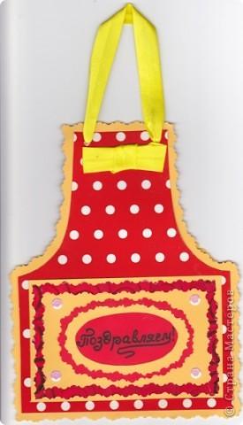 Очень понравилась открытка-фартушек Людмилы Егарминой. Уже сделала 3 разных по цветовой гамме и оформлению открытки.Но фото осталось только первой. Именинницам понравились. Вид спереди. фото 1