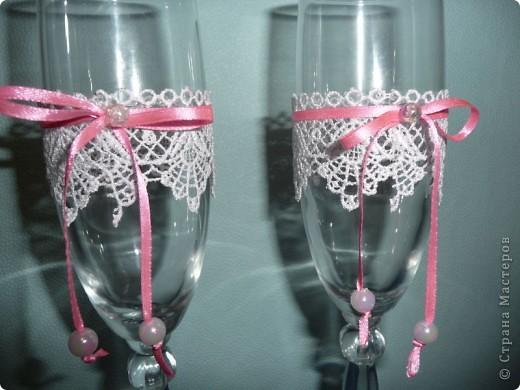 Попросили украсить бокалы без цветов, на бело-красную свадьбу.  фото 4