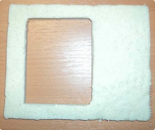 из плотного картона вырезаем форму нашей рамочки и облепливаем её солёным тестом фото 1