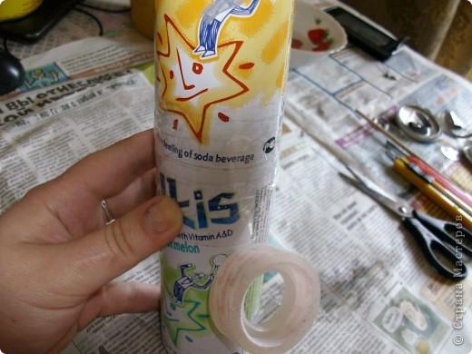 вот такую вазу предлагаю вам сегодня соорудить своими руками. летом я очень люблю покупать у бабушек букетики полевых цветов, по размеру они небольшие и этой вазочки вполне хватит. фотографий будет много, постаралась заснять процесс подробно. пользовалась вот этими уроками, соединив их и кое-что поменяв. http://katrai.ru/post158756180/ и http://katrai.ru/post158756315/ фото 14