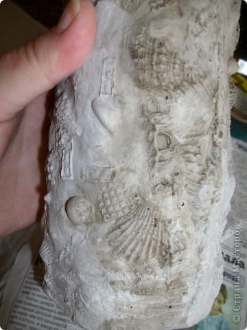 вот такую вазу предлагаю вам сегодня соорудить своими руками. летом я очень люблю покупать у бабушек букетики полевых цветов, по размеру они небольшие и этой вазочки вполне хватит. фотографий будет много, постаралась заснять процесс подробно. пользовалась вот этими уроками, соединив их и кое-что поменяв. http://katrai.ru/post158756180/ и http://katrai.ru/post158756315/ фото 28