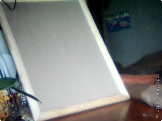 Нужно взять рамку, искусственную стрекозу, искусственные лотосы, голубую бумагу, и клей пистолет. фото 2