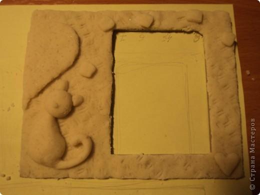 из плотного картона вырезаем форму нашей рамочки и облепливаем её солёным тестом фото 3